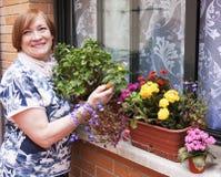 Blumentöpfe und Frau Lizenzfreies Stockfoto