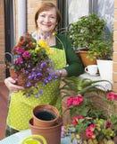 Blumentöpfe und Frau Lizenzfreie Stockfotos