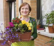 Blumentöpfe und Frau Stockfotos