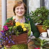 Blumentöpfe und Frau Lizenzfreie Stockfotografie