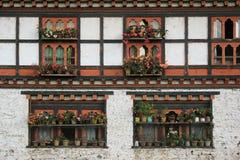 Blumentöpfe werden gesetzt am Rand der Fenster eines Hauses (Bhutan) Stockfoto