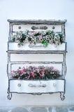 Blumentopf auf der Wand Lizenzfreies Stockfoto