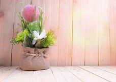Blumentopf auf hölzerner Tabelle, Valentinsgruß ` s Tageshintergrund Lizenzfreies Stockbild