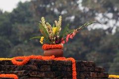 Blumentopf auf Tempelwand Stockfotografie