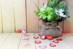 Blumentopf mit Herzen auf hölzerner Tabelle, Valentinsgruß ` s Tageshintergrund Stockbilder