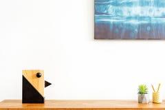 Blumentopf mit Penholder- und Einstellungsthemen für Innenraum auf dem Desktop Lizenzfreie Stockfotos