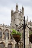 Blumentopf und Abtei, Bad, England Stockfotografie