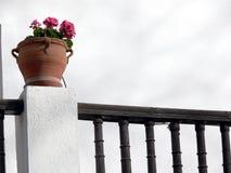 Blumentopf und hölzernes Geländer stockbild