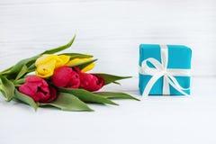 Blumentulpen und ein Kasten mit einem Geschenk Konzept des Feiertags, birthd lizenzfreie stockfotografie