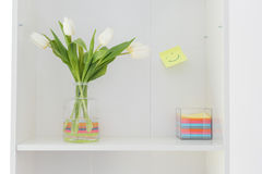 Blumenvase mit bunter Haftnotiz Stockbilder