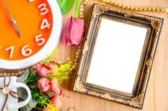 Blumenvase und weißer Bilderrahmen der Weinlese Stockfotografie