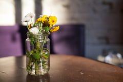 Blumenvasenglas am Tisch stockfoto