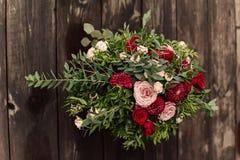 Blumenzusammensetzung auf hölzerner Wand Lizenzfreie Stockfotografie