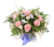 Blumenzusammensetzung, Blumenstrauß von weißen Gänseblümchen und p Stockbilder