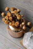 Blumenzusammensetzung des Rosas drückte Rosen in einem Bronzevase, der auf einem hölzernen Brett steht Stilllebenblumenzusammense Lizenzfreies Stockbild