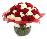 Blumenzusammensetzungen von roten und weißen Rosen. Ein großer Blumenstrauß von farbigen Mischrosen. Entwerfen Sie einen Blumenstr Lizenzfreies Stockbild
