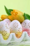 Blumige Ostereier in einer Eihalterung Lizenzfreies Stockfoto