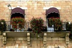 Blumiger Balkon in Jerusalem stockbilder