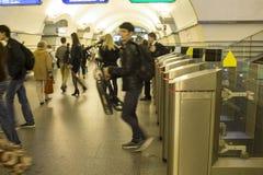 blur Een menigte van mensen gaat in zeven haasten door elektronische turnstiles over bij de metro post in St. Petersburg, Rusland stock foto's