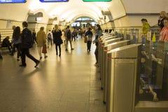 blur Een menigte van mensen gaat in zeven haasten door elektronische turnstiles over bij de metro post in St. Petersburg, Rusland royalty-vrije stock foto