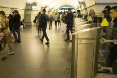 blur Een menigte van mensen gaat in zeven haasten door elektronische turnstiles over bij de metro post in St. Petersburg, Rusland stock foto