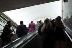 blur La gente sube del túnel del subterráneo por la escalera móvil a la luz en St Petersburg, Rusia, septiembre de 2018 imagen de archivo libre de regalías