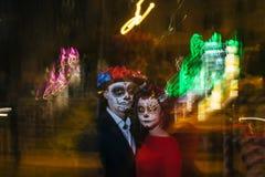 blur Un hombre y una mujer con un rostro, un modelo de cráneos, zombi en la cara Muertos en la noche Un par de zombis en la oscur imágenes de archivo libres de regalías