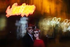 blur Un hombre y una mujer con un rostro, un modelo de cráneos, zombi en la cara Muertos en la noche Un par de zombis en la oscur fotografía de archivo