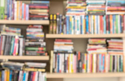 Blure książki na szelfowym tle Zdjęcia Royalty Free