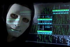 Blure numérique Un homme-pirate informatique dans un masque sur le fond du code binaire Images libres de droits
