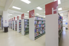 Blured书架在图书馆背景,变蓝的作用摘要ba中 库存图片