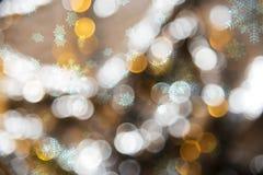 Blured金黄光背景,党,与雪花的圣诞节纹理 库存图片
