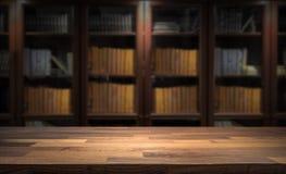 Blured-Bücherregal in der kleinen Hauptbibliothek im Hintergrund Tischplatte für Produktanzeigenmontage lizenzfreie stockfotos