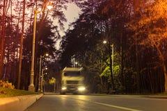 Blured ciężarówka jedzie przez nocy miasta parka Ekologia problemy zdjęcia royalty free