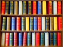 Blured de livros coloridos, livro de texto, literatura na estante de madeira na biblioteca Fundo Imagens de Stock Royalty Free