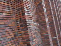 Blured de perspectief diagonale mening over abstracte bruine rode bakstenen muur met kolommen met achtergrond De bruine baksteen  Stock Fotografie