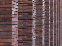Blured de perspectief diagonale mening over abstracte bruine rode bakstenen muur met kolommen met achtergrond De bruine baksteen  Stock Afbeeldingen
