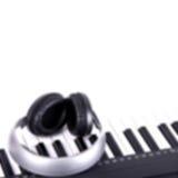 (Blured) Digital midi tangentbord och hörlurar, Arkivbilder