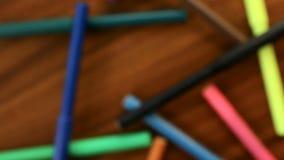 Blured markiery ruszają się w okręgu na czarnym drewnianym tle Pojęcia biuro lub szkoła, wiedza dzień pierwszy Wrzesień vid zbiory