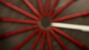 Blured mnóstwo czerwieni pióra i jeden biały ruch w okręgu Pojęcia biuro lub szkoła, wiedza dzień pierwszy Wrzesień Wideo fo zbiory