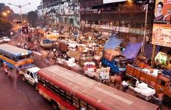 Blured in motie bezige straat met auto's en bussen stock fotografie