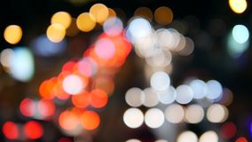 Blured nocy ruchu drogowego samochodu światła na ruchliwej ulicie w Bangkok, Tajlandia Piękny Miastowy Bokeh tło 4K zbiory wideo