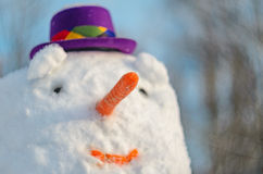 Blured snögubbestående Näsa för snögubbe` s i fokus arkivbild