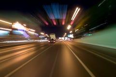 Blured-Straße mit Lichtern mit Auto auf hoher Geschwindigkeit stockfotografie