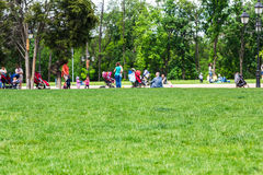 Bluredachtergrond van mensen die rust in het park hebben royalty-vrije stock foto's
