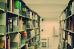 Bluredboeken in openbare bibliotheek Royalty-vrije Stock Afbeeldingen