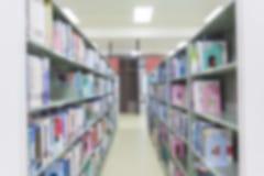 Bluredboekenrek op bibliotheekachtergrond, Blured-effect abstracte B Stock Foto
