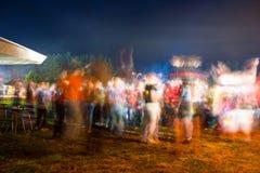 Blurred a coloré des silhouettes des personnes de danse Image libre de droits