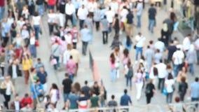 Blurred drängte Leute auf der Straße stock video