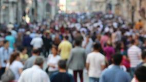 Blurred drängte Leute auf der Straße stock footage